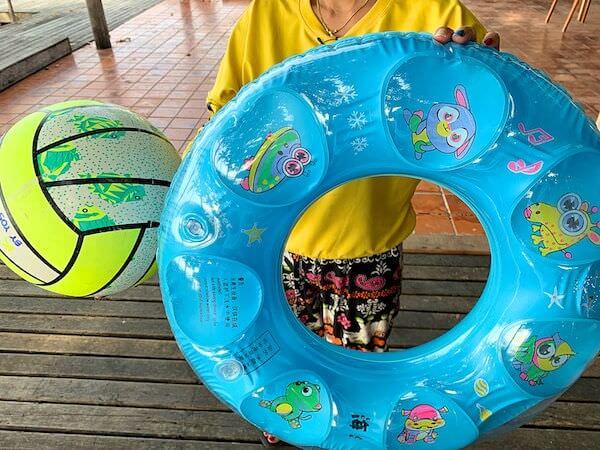 マンノーク島で無料レンタルしている浮き輪とビーチボール