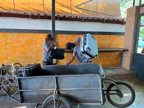 旅行者の荷物を運ぶ乗組員