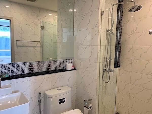 ココテル バンコク スクンビット 50(Kokotel Bangkok Sukhumvit 50)のシャワールーム1