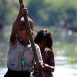 船を漕ぐ子供 カンボジア
