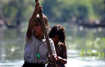 コンポンプルック 船を漕ぐ子供