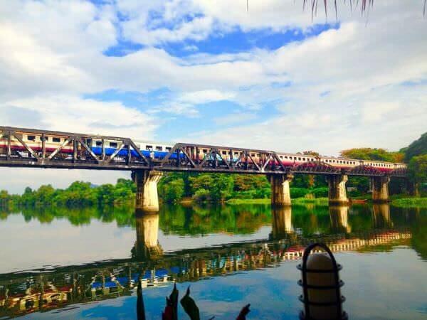 クウェー川鉄橋(戦場にかける橋)を走る列車