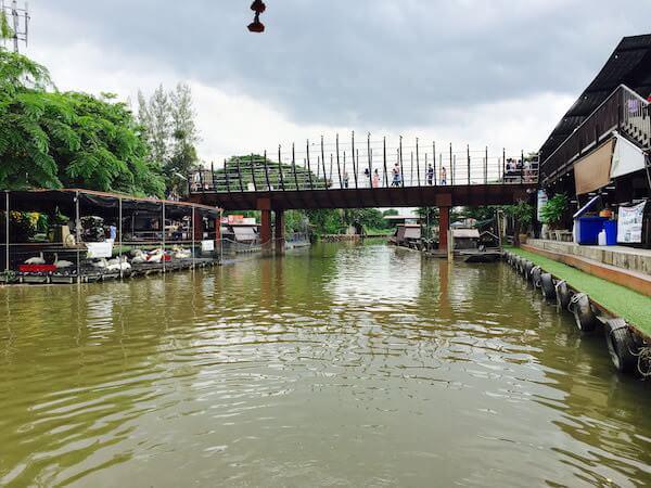 クワンリアム水上マーケットを走るセンセープ運河