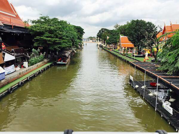 クワンリアム水上マーケット中央に架かる橋から見たセンセープ運河