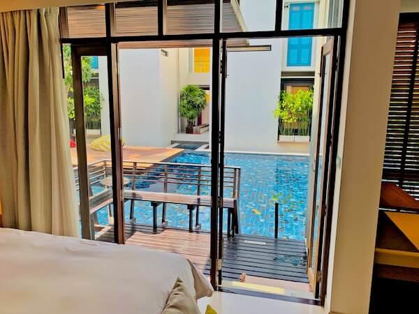 レッツ シー フアヒン アルフレスコ リゾート(Let's Sea Hua Hin Al Fresco Resort)の客室から見えるプール