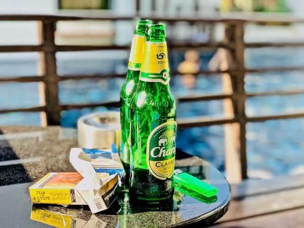 レッツ シー フアヒン アルフレスコ リゾート(Let's Sea Hua Hin Al Fresco Resort)のテラスで飲んだビール