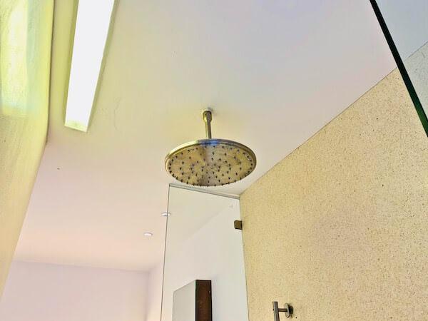 レッツ シー フアヒン アルフレスコ リゾート(Let's Sea Hua Hin Al Fresco Resort)の天井シャワー