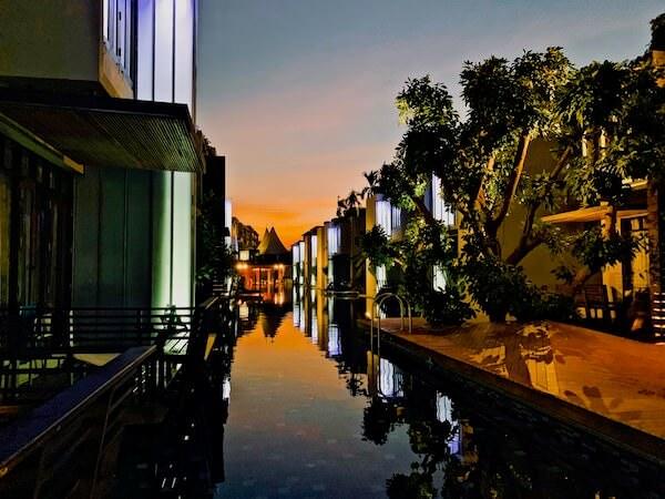 レッツ シー フアヒン アルフレスコ リゾート(Let's Sea Hua Hin Al Fresco Resort)のプール 夕方