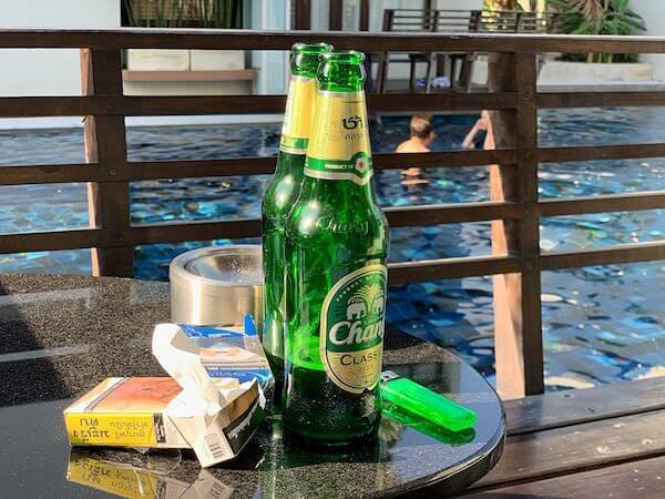 レッツシーホアヒン アルフレスコ リゾート(Let's Sea Hua Hin Al Fresco Resort)の客室バルコニーで飲んだビール