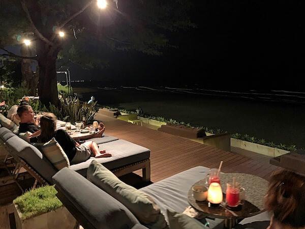 レッツシーホアヒン アルフレスコ リゾート(Let's Sea Hua Hin Al Fresco Resort)のビーチサイドレストラン1