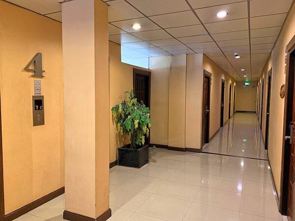 ロッジ 61 ホテル(Lodge 61 Hotel)の共用通路とエレベーター