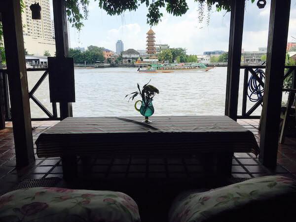 ロイ ラ ロン ホテル (Loy La Long Hotel)の1階ロビーから見えるチャオプラヤー川