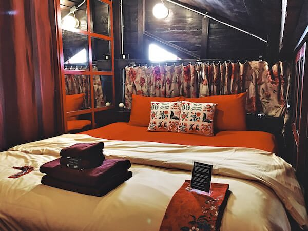 ロイラロンホテル(Loy La Long Hotel)のダブルベッド