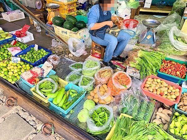メークロン市場で売られている野菜