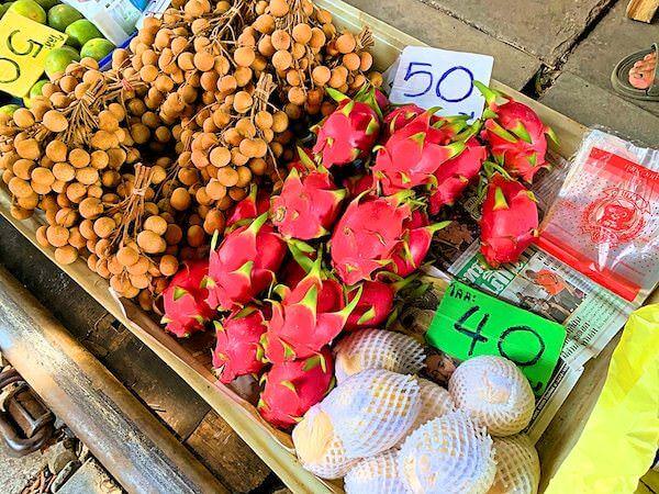 メークロン市場で売られているドラゴンフルーツ