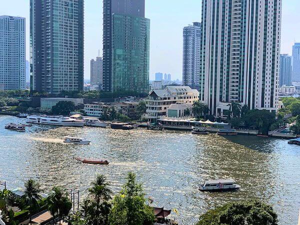 マンダリン オリエンタル バンコク(Mandarin Oriental Bangkok)の客室バルコニーから見えるチャオプラヤー川