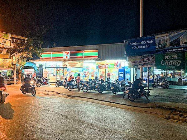 ミダ ホテル ドンムアン エアポート バンコク(Mida Hotel Don Mueang Airport Bangkok)前のセブンイレブン