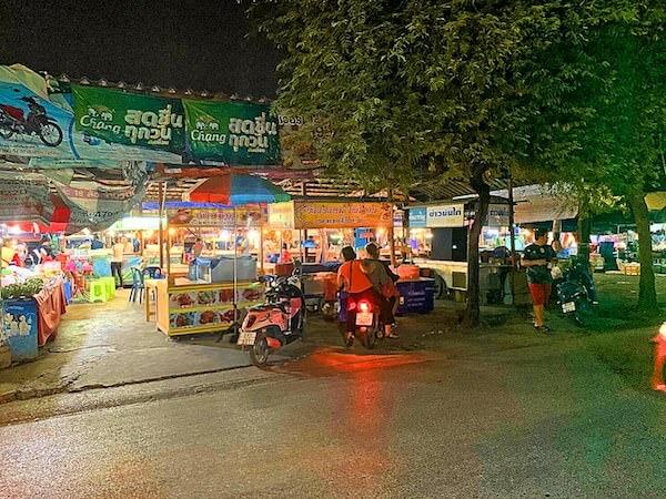 ミダ ホテル ドンムアン エアポート バンコク(Mida Hotel Don Mueang Airport Bangkok)前のナイトマーケット