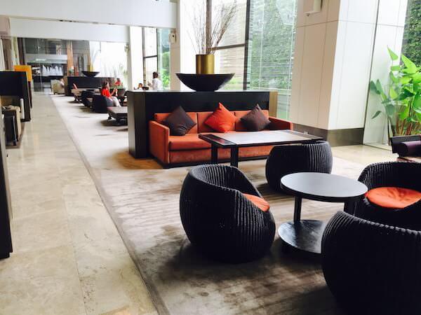 ミレニアム ヒルトン バンコク(Millennium Hilton Bangkok) チェックインロビーの待合ソファー