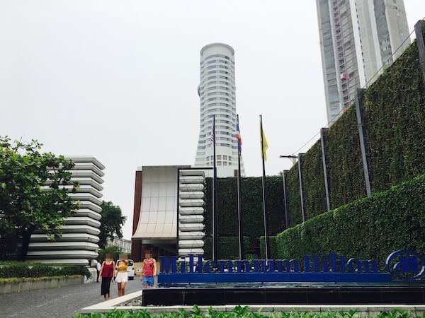 チャロンナコーン通りから見たミレニアム ヒルトン バンコク(Millennium Hilton Bangkok)