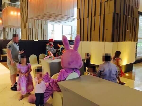 ミレニアム ヒルトン バンコク(Millennium Hilton Bangkok)のロビーにいたマスコット