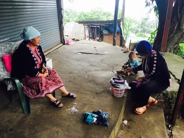 モン族の村に住む人々