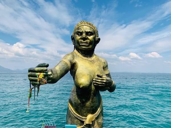 ナダン港に立っている女神像