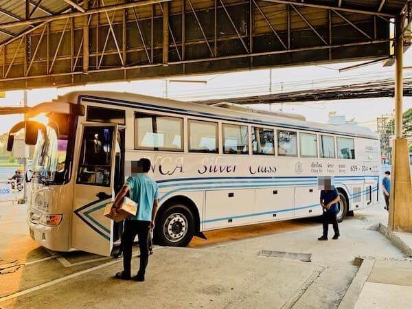 ナコンチャイエアのラヨーン行きバス
