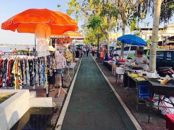 遊歩道のマーケット