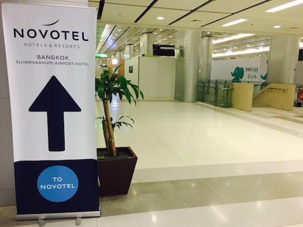 ノボテル バンコク スワンナプーム エアポート(Novotel Bangkok Suvarnabhumi Airport)へ続く案内板