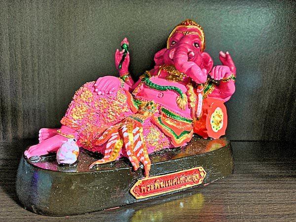 お土産として購入したピンクのガネーシャの置物
