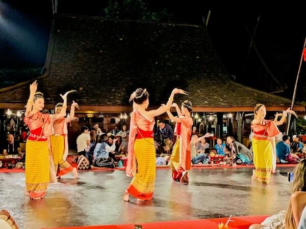 カントークディナーショーのタイ舞踊2