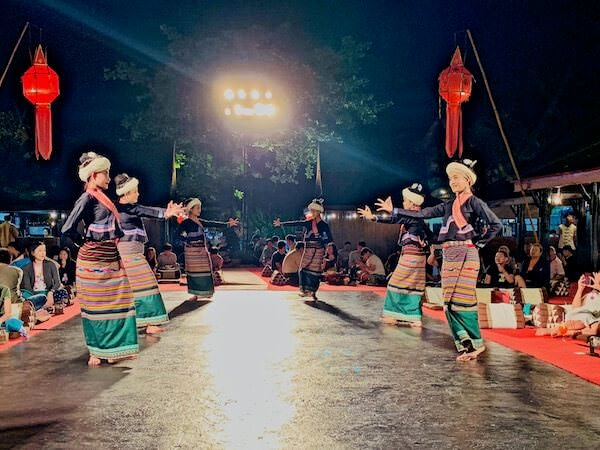 カントークディナーショーの山岳民族ダンス