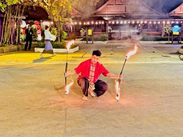 カントークディナーショーの炎の舞踊