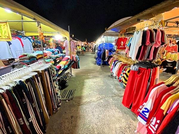 フクロウナイトマーケットに並ぶ衣料品店