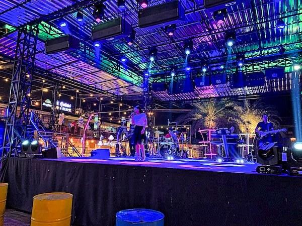 コンテナナイトマーケットの歌手ステージ