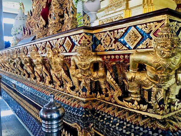 ワットパリワットのお堂の中にある仏像の台座を支えているハヌマーン神