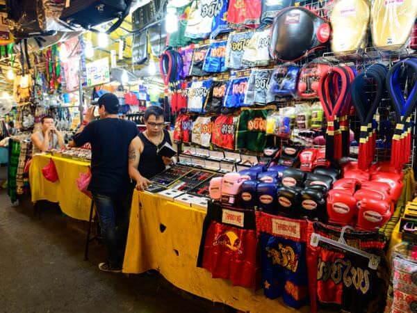 パッポンナイトマーケットで売られているバッグや衣料品