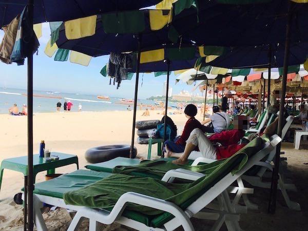 パタヤビーチのビーチチェア