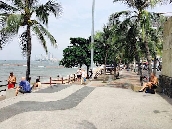 日中のビーチロード