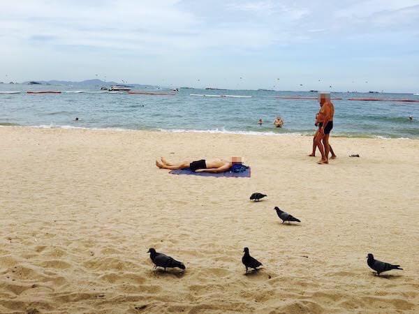 パタヤビーチで日光浴をしている人