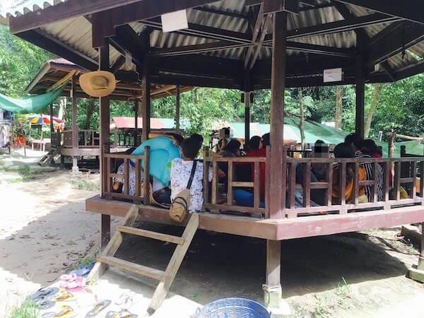 プノンクーレンでバーベキューを楽しむ地元カンボジア人達