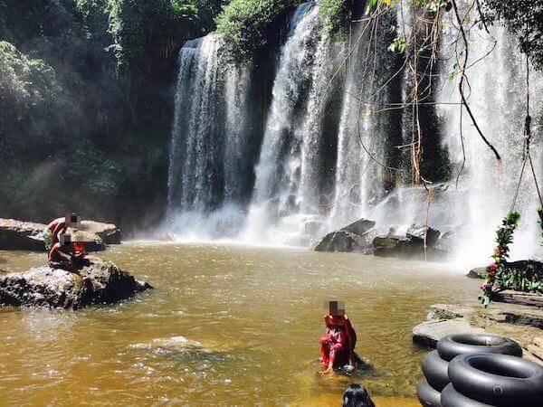 プノンクーレンの滝つぼとカンボジア人達