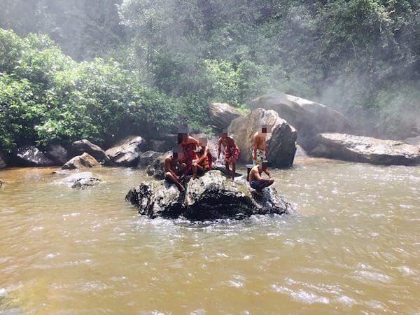 プノンクーレンの滝つぼで泳ぐカンボジア人達2