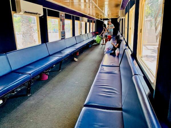 プノンペン空港からプノンペン行きの鉄道内