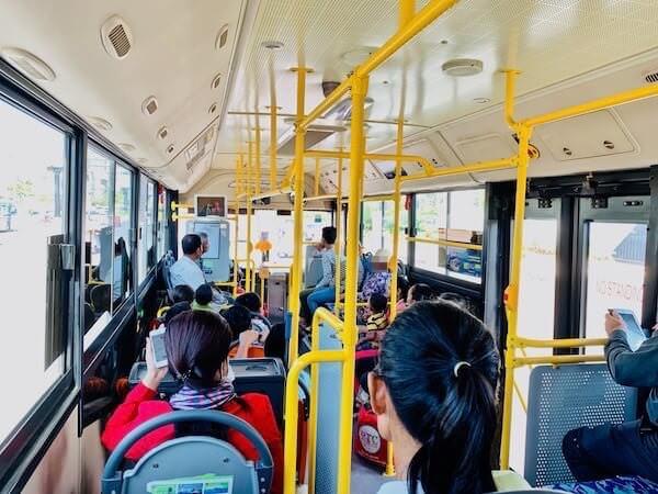 プノンペン国際空港から乗った路線バス車内