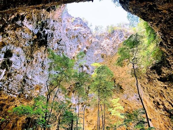 プラヤーナコーン洞窟の開口部から差す太陽光