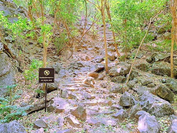 プラヤーナコーン洞窟へ続く道
