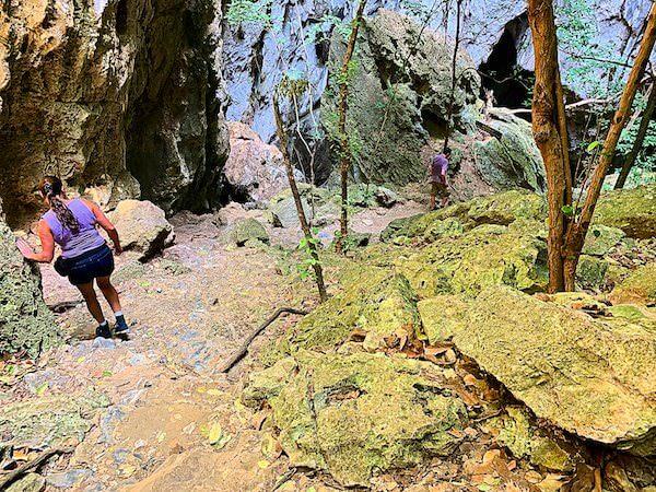 プラヤーナコーン洞窟へ続く岩場