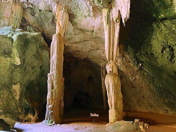 プラヤーナコーン洞窟内にある鍾乳石の柱